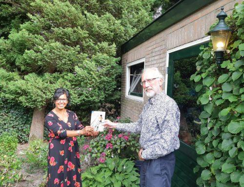 Rina Duijnker schenkt boek aan professor Hoksbergen